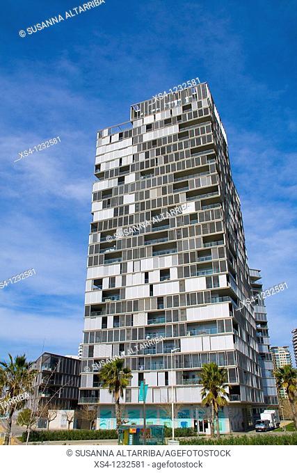 Illa de la Llum I 2005 by architects Ignasi Paricio and Lluis Clotet, high-rise building, aluminum gray facade, curtain wall system