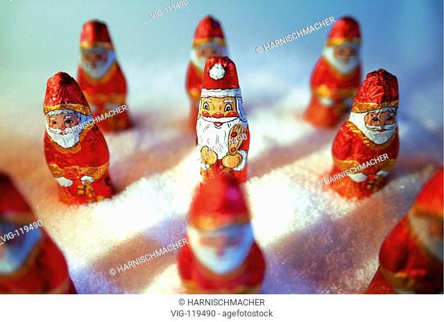 Row of chocolate Santa Claus.  - 01/10/2005