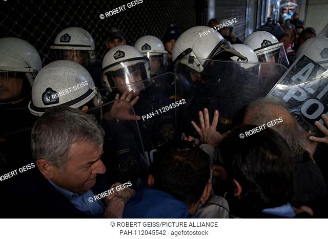 Employees of public hospitals, while protesting against future layoffs. Confrontation with police during attempt to enter Ministry of Economics. 22.11