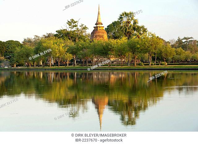 Chedi with reflection in water, Wat Sa Si or Sra Sri temple, Sukhothai Historical Park, UNESCO World Heritage Site, Northern Thailand, Thailand, Asia