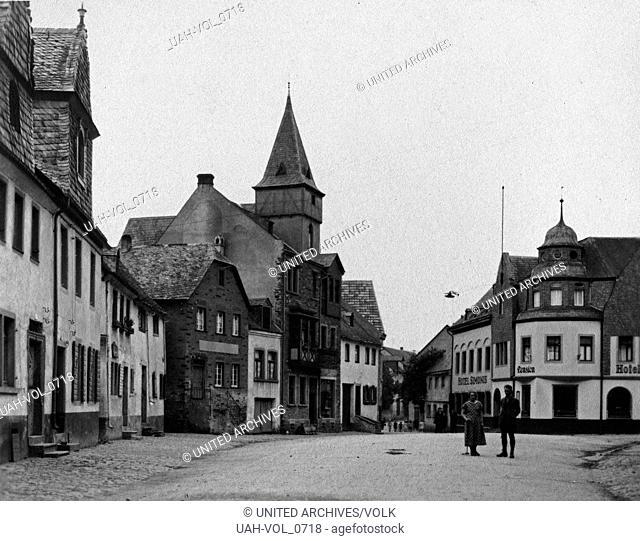 Der Marktplatz in Kobern an der Mosel, Deutschland 1930er Jahre. Market square at Kobern on river Moselle, Germany 1930s