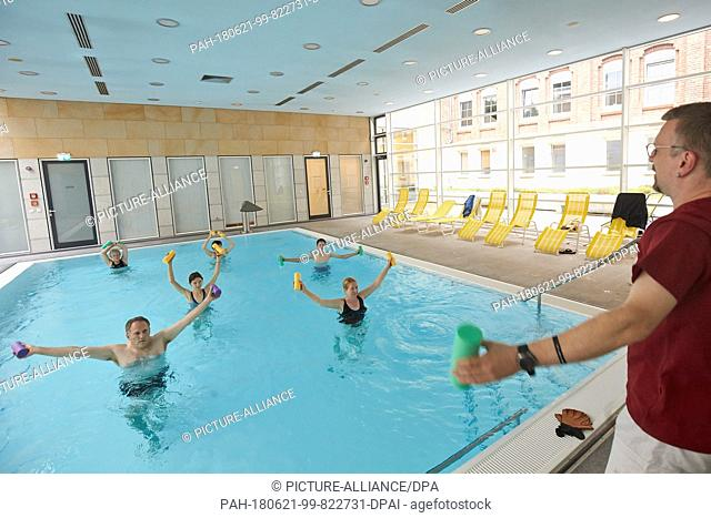 21 June 2018, Germany, Koblenz: Guests of the Arenberg monastery participate in the aquafitness offer at the pool belonging to the monastery