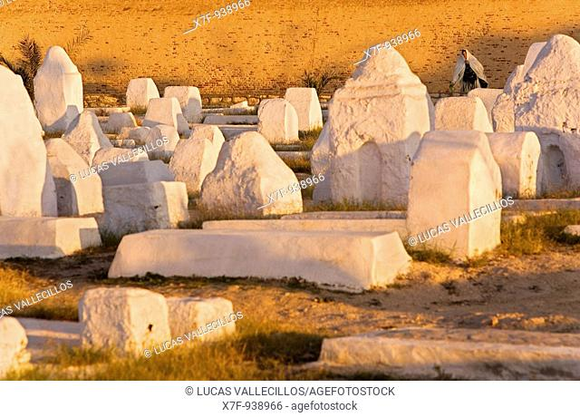 Tunez: Kairouan  Cemetery and walls of the medina in Avenue Sadlja