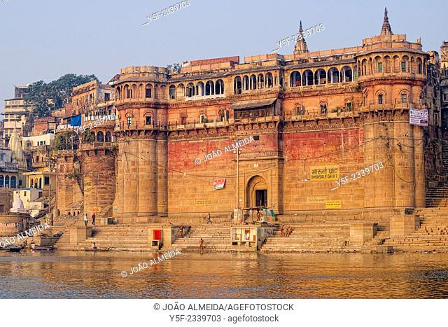 The activity of the ghats of Varanasi, between the city and the Ganges