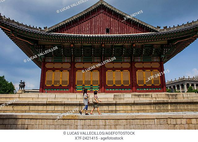 Tourists in Deoksugung Palace, Seoul, South Korea