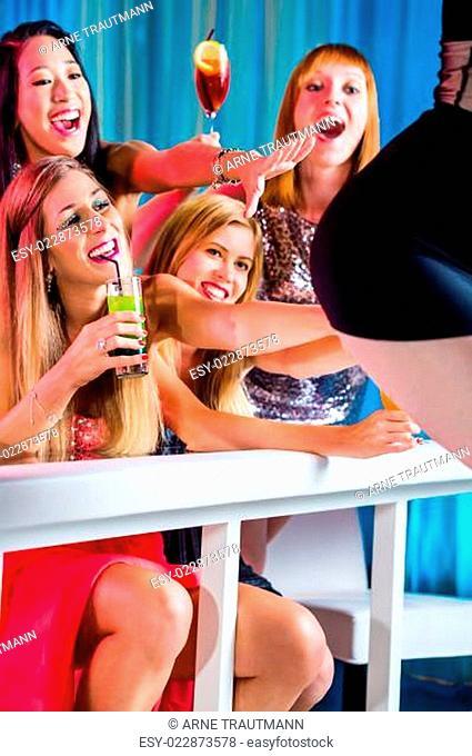 Betrunkene Frauen mit Cocktails im Stripclub