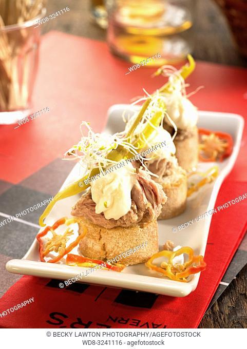 montadito de bonito con mayonesa y guindilla