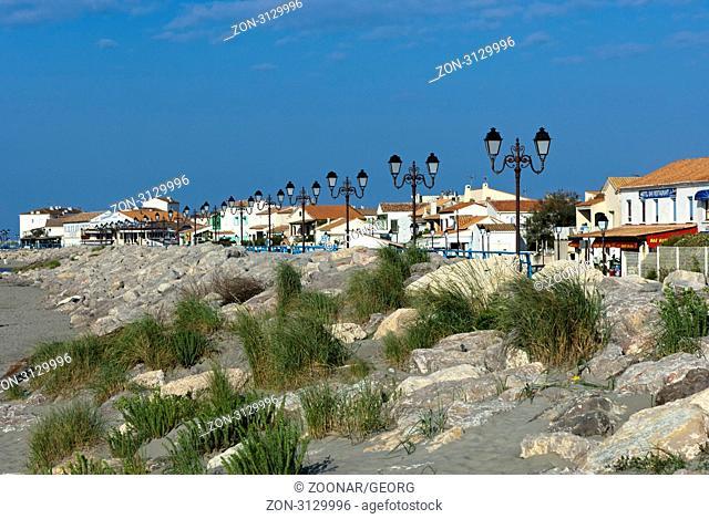 Massnahmen zum Küstenschutz am Strand in Saintes-Maries-de-la-Mer, Camargue, Frankreich / Shoreline protection measures at the beach of Saintes-Maries-de-la-Mer