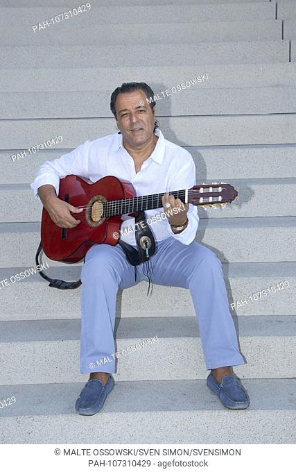 The GIPSY KINGS pose with their guitars for a photo shoot in the Duesseldorfer Medienhafen, Chico BOUCHIKHI with his guitar