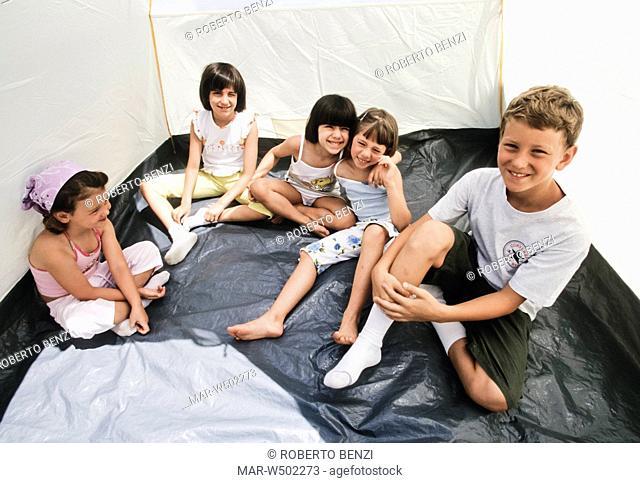 gruppo di bambini in una tenda