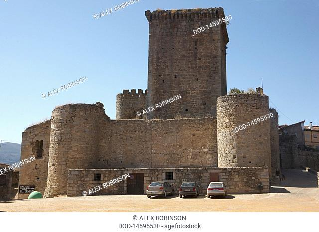 Spain, Sierra de Gredos, Miranda del Castanar, View of cars near castle