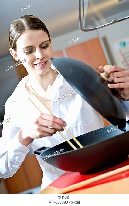 junge Frau kocht Wokgericht - Nieder÷sterreich, Ísterreich, 14/02/2008