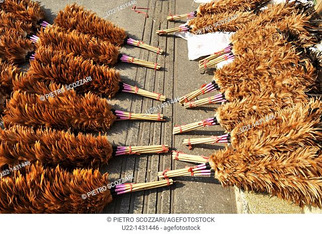 Dongguan (China): feather dusters sold in the city's center old market