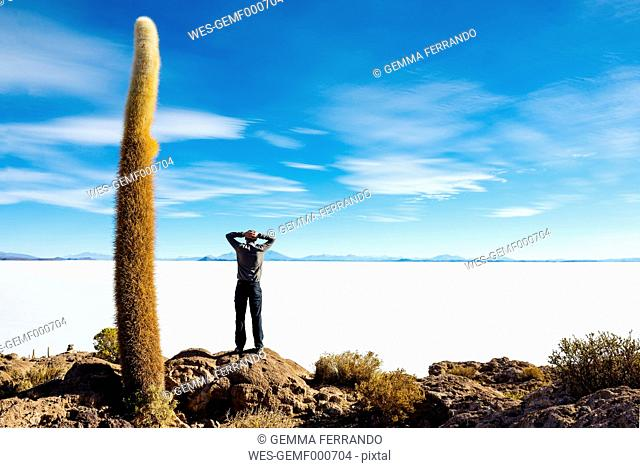 Bolivia, Atacama, Altiplano, Salar de Uyuni, Man standing