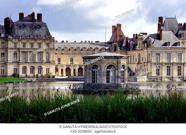 View from Carp pond, on left Gros Pavilion, on right La cour de la Fontaine, in front small octagonal house on an island in the center of the lake - Pavillon de...