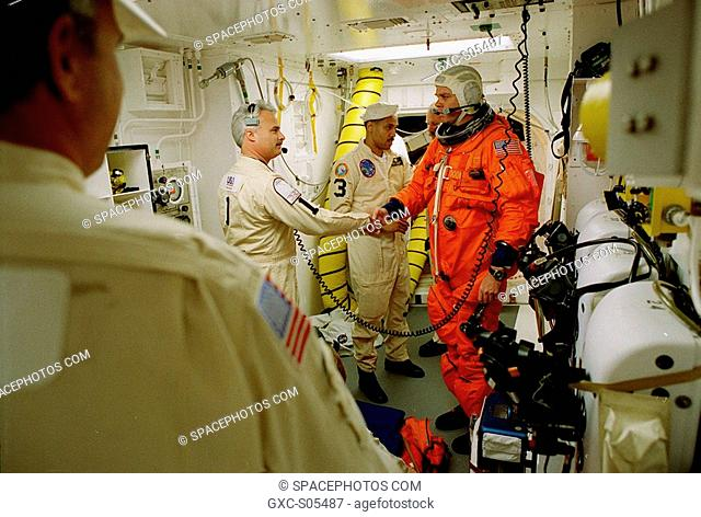 02/11/2000 --- Before entering the orbiter Endeavour, STS-99 Commander Kevin Kregel shakes hands with Chris Meinert, closeout chief of the White Room closeout...