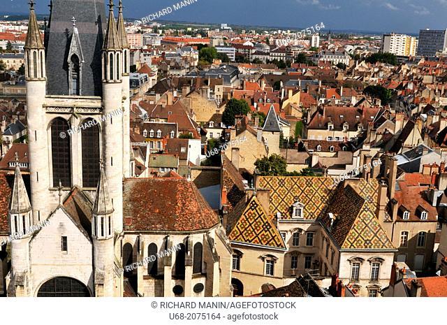 Notre Dame church was built in the 13th century, 17th century Hôtel de Vogüé on the right, Dijon, Côte d'Or, Burgundy, France