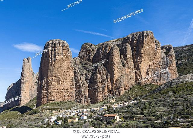 Riglos village with Mallets of Riglos in background. Riglos, province of Huesca, Aragon, Spain, Europe
