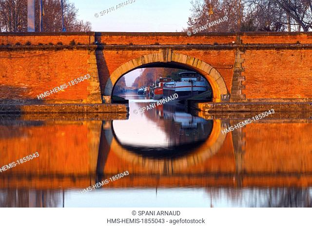 France, Haute Garonne, Toulouse, horizontal view of a portion of Ponts Jumeaux and side channel at sunset