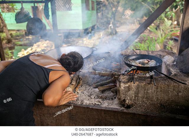 Guatemala, Rio Dulce, open cooking fire