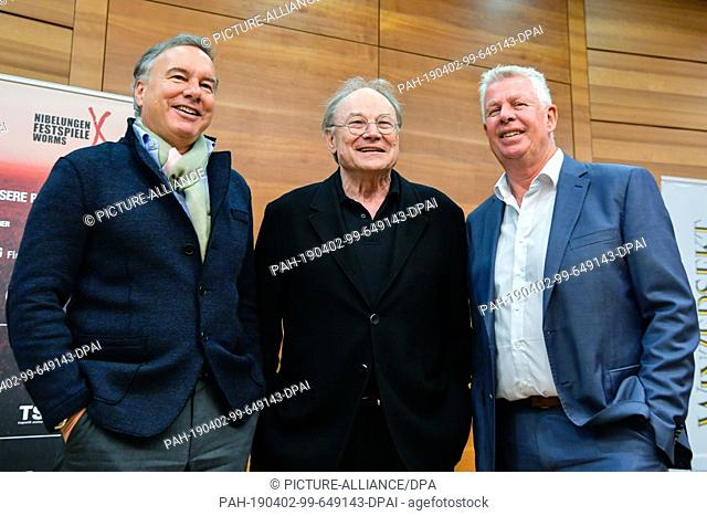 02 April 2019, Rhineland-Palatinate, Worms: Intendant Nico Hofmann (l-r), actor Klaus Maria Brandauer and Michael Kissel (SPD), Lord Mayor of the City of Worms