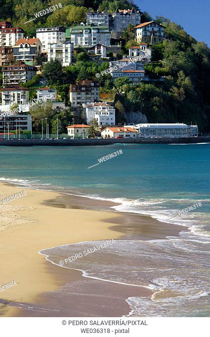 Ondarreta beach, Mount Igeldo at the back. Bahía de La Concha. San Sebastián. Guipuzcoa province. Spain