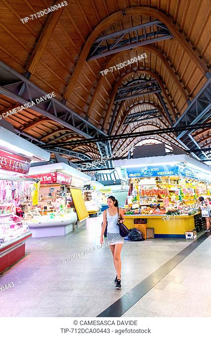 Spain, Catalonia, Barcelona, Santa Caterina market, View of the central hall of the market