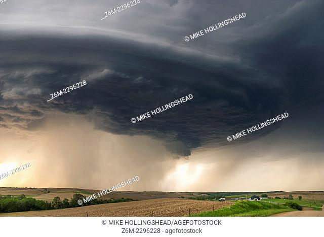 Long-lived supercell moves across northeast Nebraska May 28, 2004, allmost following highway 12 from Niobrara down to Sioux City perfectly