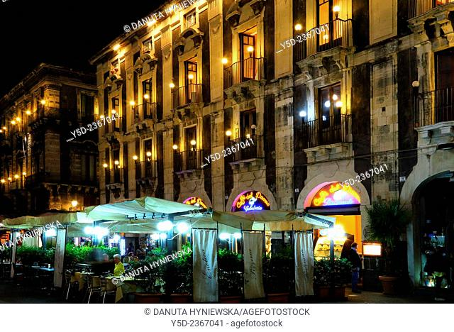 Outdoor restaurant tables, Piazza del Duomo - main square in old town of Catania, Catania, Sicily, Italy, Europe