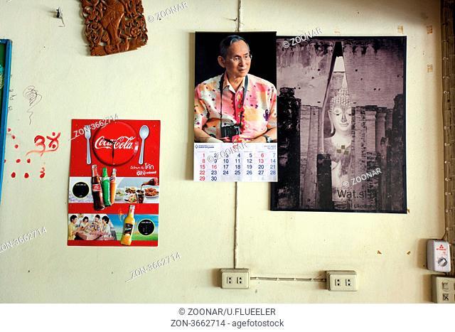 Ein Bild des Koenig Bhumibol Adelyadej von Thailand ist in der Stadt Sukhothai von Thailand allgegenwertig