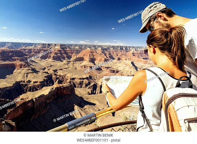 USA, Arizona, couple with map orientating in front of Grand Canyon