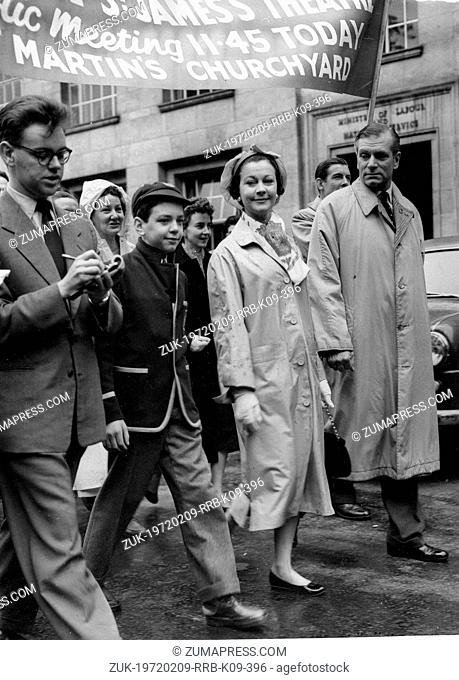July 20, 1957 - London, England, U.K. - Actress VIVIEN LEIGH and husband, actor Sir LAURENCE OLIVIER lead march in protest of the demolition of 122 year old St