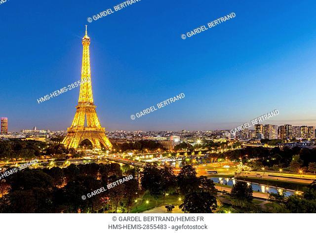 France, Paris, general view with the illuminated Eiffel Tower (© SETE illuminations Pierre Bideau)