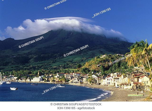 baie de Saint-Pierre avec la Montagne Pelee en arriere-plan,cote ouest Ile de la Martinique Departement et Region d'Outremer francais Archipel des Antilles...