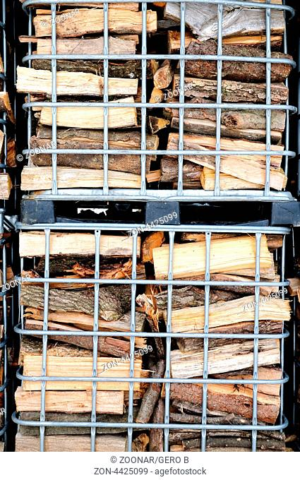 Gitterboxen mit Brennholz aufeinander gestapelt, mesh boxes with firewood stacked
