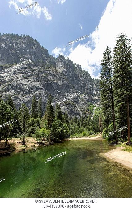 Merced River in Yosemite Valley, Yosemite National Park, California, USA