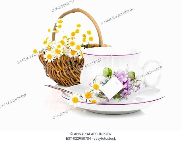 Tassen Kamillentee mit frischen Blumen, auf weiß