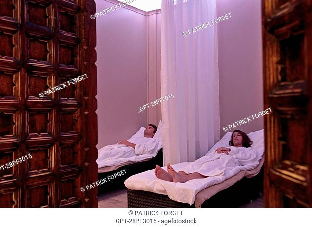 CLIENTS IN THE RELAXATION ROOM, SPA ìBE BY MONARQUEî, HOTEL DU GRAND MONARQUE, CHARTRES, EURE-ET-LOIR, FRANCE