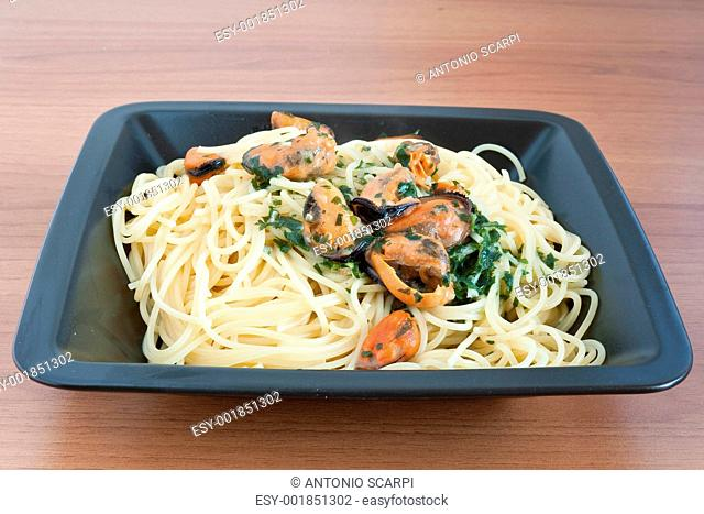 spaghetti with mussels and parsley
