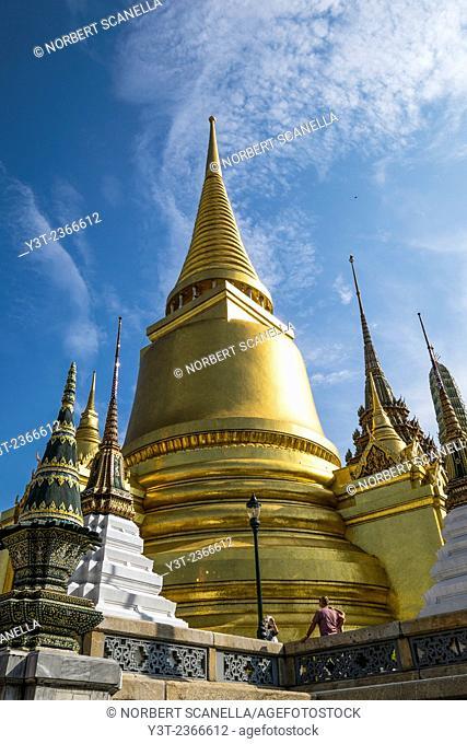 Asia. Thailande, Bangkok. Wat Phra Kaeo complex, King's palace. What Phra Si Rattana. Golden chedi. Housing Buddha's ashes