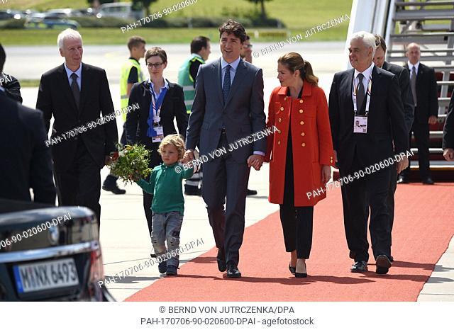 Der kanadische Premierminister Justin Trudeau (M), seine Ehefrau Sophie Gregoire (r) und ihr jüngster Sohn Hadrien kommen am 06.07