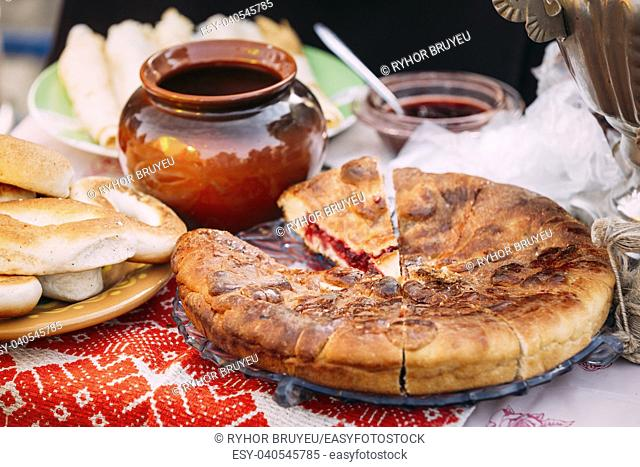 The dishes of the traditional Belarusian cuisine - pie and honey