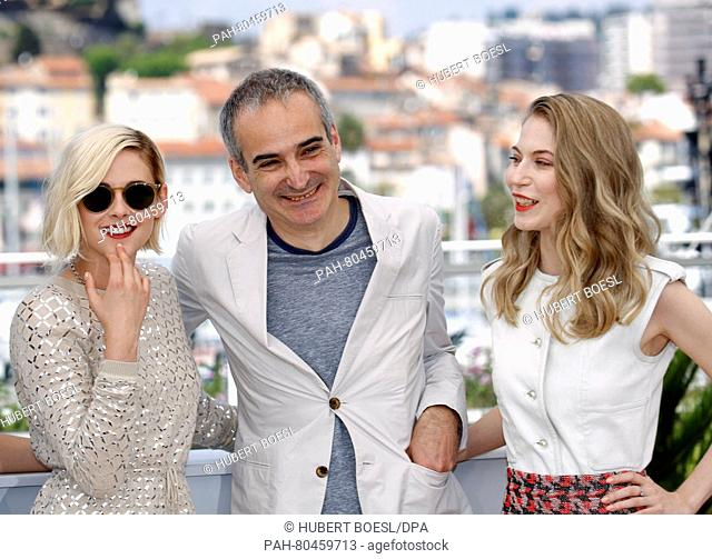 Austrian actress Nora Von Waldstaetten (R), US actress Kristen Stewart and French director Olivier Assayas pose during the photocall for 'Personal Shopper' at...