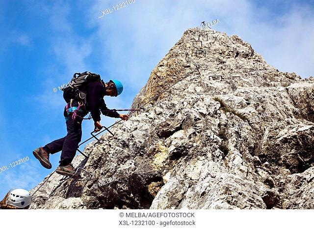Climbers, Innsbrucker Klettersteig via ferrata, Karwendelgebirge mountains, Innsbruck, Tyrol, Austria, Europe
