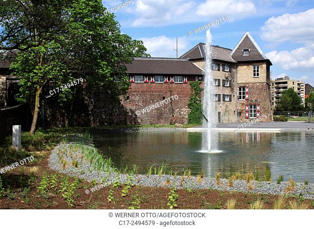 Germany, Dinslaken, Lower Rhine, Ruhr area, Rhineland, North Rhine-Westphalia, NRW, Castle Dinslaken with city hall, pond, fountain