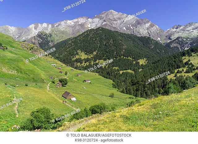 granjas de biadós y pico Posets, 3371 mts, Valle de Añes Cruces, parque natural Posets-Maladeta, Huesca, cordillera de los Pirineos, Spain