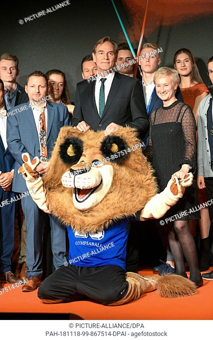 17 November 2018, Saxony, Leipzig: Sports policy: 25th Olympic Ball in Leipzig - Leipzig's landmark lion, Lord Mayor Burghard Jung and the honoured athletes