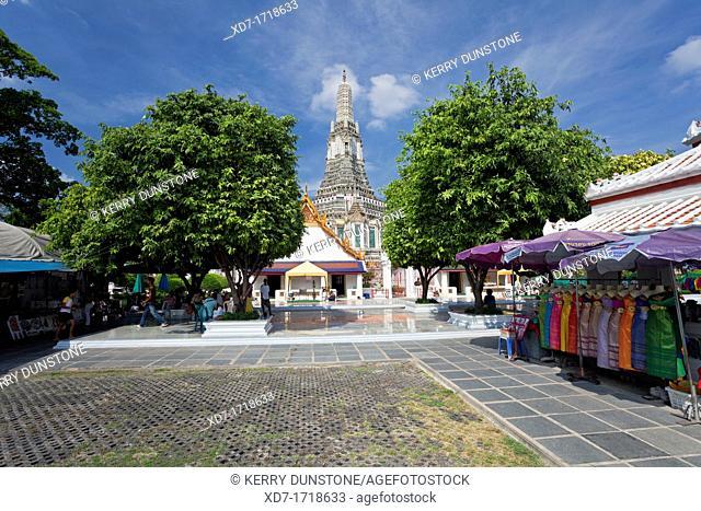 Central courtyard with Prang Khmer style tower beyond, Wat Arun Rajwararam Temple of the Dawn, Thonburi, Bangkok, Thailand