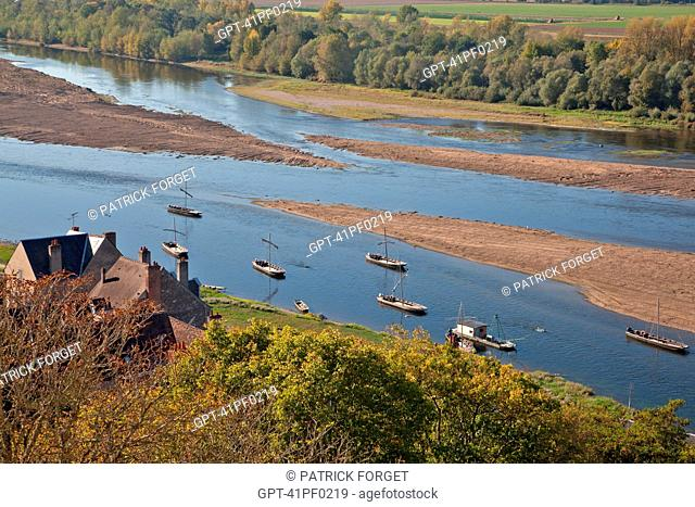 'GABARES', WOODEN BOATS NAVIGATING THE LOIRE IN FRONT OF THE CHATEAU OF CHAUMONT-SUR-LOIRE, LOIR-ET-CHER 41, FRANCE