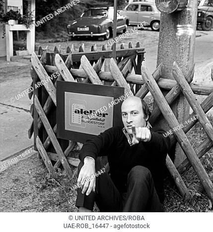 Der amerikanische Produzent, Regisseur und Autor Richard Lester am Eingang zur Atelier Betriebsgesellschaft Bendesdorf, Deutschland 1960er Jahre